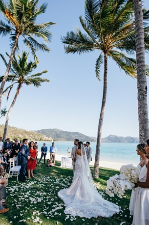 http://www.vogue.com.au/brides/news/destination+wedding+etiquette+the+pros+and+cons+and+all+your+questions+answered,37251